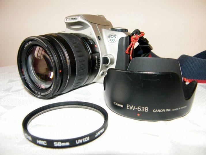 Canon EOS 300 + objektiv Canon 28-105 mm 1:4-5.6 USM, UV filtr, sluneční clona a další příslušenství