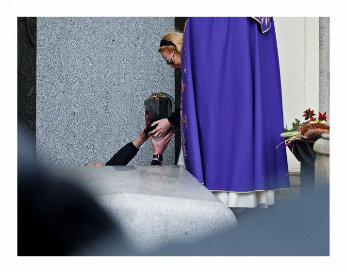 ROMAN VONDROUŠ, ČTK: Václav Havel naposled. Dagmar Havlová ukládá ostatky prezidenta Václava Havla do rodinné hrobky na Vinohradském hřbitově v Praze,  4.1.2012