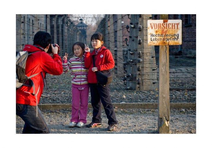 MATĚJ STRÁNSKÝ, Respekt: Návštěvníci Auschwitz – Birkenau, Osvětim, podzim 2011