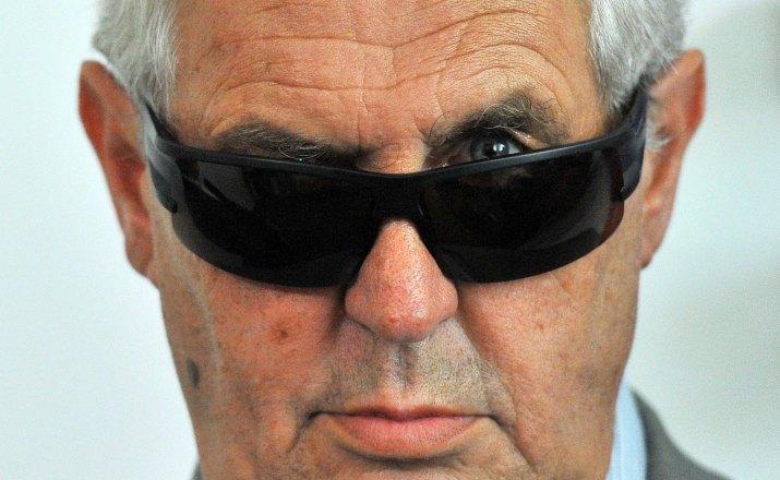 MICHAL DOLEŽAL, ČTK: Prezidentský kandidát Miloš Zeman na tiskové konferenci v Praze s pooperačními brýlemi po operaci šedého zákalu,  2.8.2012