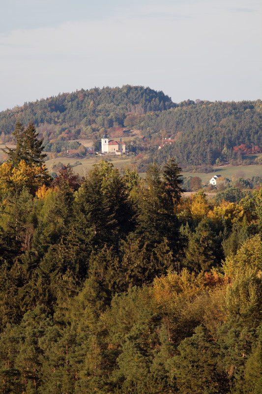 Bělice pohled na kostel ve Vysokém Újezdu