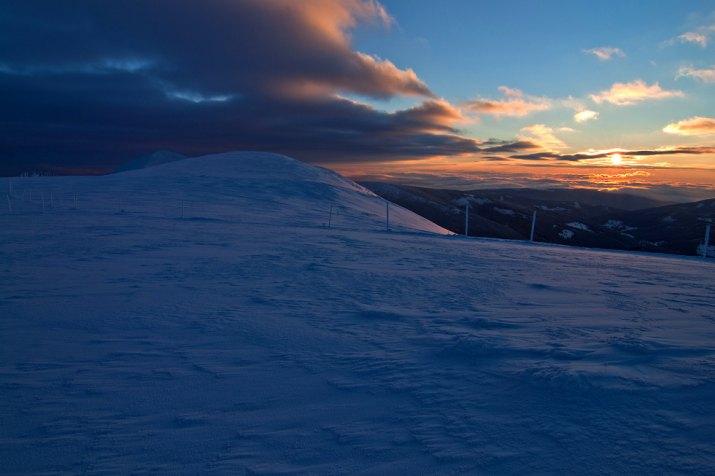 divoký východ slunce pod Sněžkou