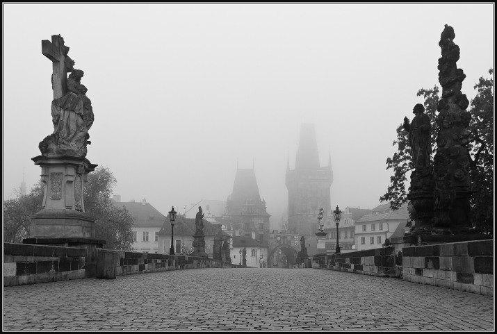 Karlův most v mlze.